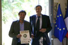 Nicolas Hulot remet les signatures des utilisateurs de Change.org pour une PAC durable au Ministre de l'Agriculture, Stéphane Le Foll.