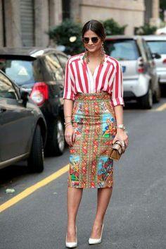 Falda corte lápiz estampado varios colores. Camisa de rayas