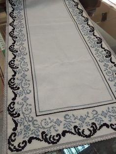 White Crosses, Bargello, Cross Stitching, Needlepoint, Decoupage, Projects To Try, Blue And White, Embroidery, Rugs
