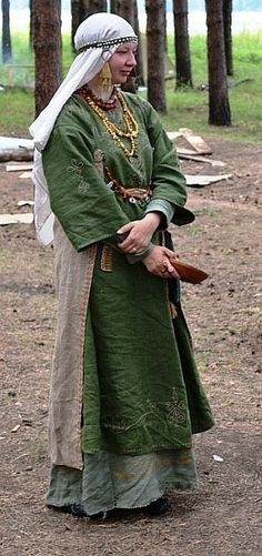 SCA Rus medieval reenactment. The apron that is pinned around the back...is that period? I just don't get the point behind it...maybe to keep the dress clean when sitting??? weird.