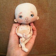 Доброй ночи друзья, и вот вам малышка в ладошке, для сравнения размеров☺️ Как вам такой размерчик? Могу сказать одно, её не хочется выпускать из рук, просто везде за собой носить... И эти пальчики и пяточка сплошное мимими #handmadetoys#handmadedoll#mia_doll#handmade#dolls#dollstagram#dollartistry#dollface#art#artdoll#ручнаяработа#кукларучнойработы#кукла#куклаизткани#куклавподарок#арт#арткукла#росписьлица#текстильнаякукла#ярмаркамастеров#пупсик#крошкавладошке