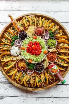 For summer hosting, enjoy this Easy Taco Recipe Dinner Board for a large gathering. Make crunchy tacos with turkey, beef, chicken, or pork! Happy # Food and Drink dinner ideas Easy Taco Recipe Dinner Board Party Food Platters, Party Trays, Snacks Für Party, Taco Bar Party, Party Buffet, Summer Party Foods, Cheese Platters, Taco Bar Buffet, Party Food Bars