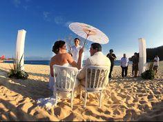 Utiliza sombrillas en tu boda en playa Bodas Huatulco