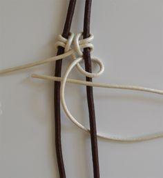 Hola chicas!! Aquí estoy de nuevo más feliz que una perdiz!! Os he echado de menos muchísimo!!!! Sigo sin internet asi que estoy en casa... Macrame Knots, Macrame Jewelry, Diy Jewelry, Jewlery, Bracelet Knots, Macrame Bracelets, Leather Bracelet Tutorial, Leather Jewelry, Gemstone Necklace