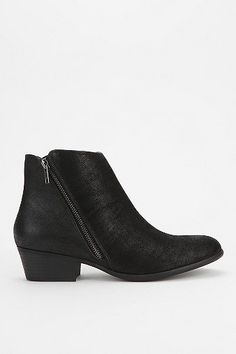 diagonal zipper - BDG Wilbury Ankle Boot.....my favorite boots, now worn out, and i can't find them online anywhere :(
