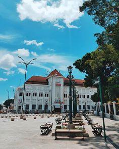 Kenapa saya lebih suka menjelajah suatu kota dengan jalan kaki? Karena dengan berjalan kaki saya nggak bakal kelewatan setiap detail yang mungkin tak akan terlihat jika saya menggunakan moda transportasi lain. Saya bisa melihat lebih dekat dan perlahan sehingga saya juga tidak akan melewatkan setiap detail dan moment yang akan saya abadikan dengan kamera. Omong-omong ada yang tahu nggak ini lokasinya dimana? Petunjuknya salah satu tempat di #Yogyakarta #Catperku #CatatanPerjalananku #Catper