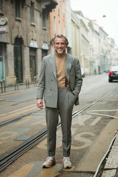 The sprezz never slacks in Milan. Even on a Saturday. Fashion Moda, Suit Fashion, Smart Casual, Men Casual, Modern Mens Fashion, Men Style Tips, Gentleman Style, Classic Outfits, Fashion Quotes