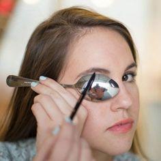 ¡Consigue unas cejas perfectas con...... una cuchara! ¿Sabías que la curva de una cuchara grande es la forma perfecta para el arco de la ceja? Alinea la curva de la cuchara debajo de la ceja y traza una ligera línea a su alrededor con un lápiz de cejas. Utiliza esta línea como guía para comenzar a rellenar las cejas con movimientos ligeros