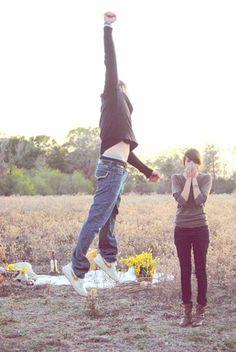 Novio feliz con la respuesta de su novia en una picnic con pedida de mano.