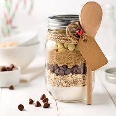 Jar for preparation of chocolate chip cookies and oatmeal - 5 ingredients 15 minutes - Preparation jar for chocolate chip cookies and oatmeal – Recipes – Cooking and nutrition – Pratico Pratique - Mason Jar Meals, Mason Jar Gifts, Meals In A Jar, Pot Mason, Chocolate Chip Cookies, Chocolate Biscuits, Flake Recipes, Diy Cadeau Noel, Cookies Et Biscuits