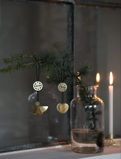 """ET ENKELT JULEBORD MED ORNAMNETER En anderledes juleborddækning med ornamenter som servietholdere og pynt på bordet. Måske ikke så normalt, men ikke desto mindre synes jeg faktisk det er en ret fin idé. Nogle gange er det sjovt at tænke lidt ud af boksen og anvende pynten på en anden måde en tiltænkt. Fx har jeg anvendt juleophængende som servietholdere til bordet, og ved at vende de store kræmmerhuse på hovedet, får de nyt liv som små """"juletræer"""" på bordet. Jeg har mikset de hvide og gyldne…"""