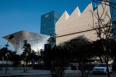 Museo Jumex, right, a contemporary art museum in Mexico City sponsored by the art patron Eugenio López Alonso, is next to the hourglass-shaped Museo Soumaya. Mexico City, Ambition, Ny Times, Art Museum, Contemporary Art, Design Inspiration, Building, Travel, Hourglass
