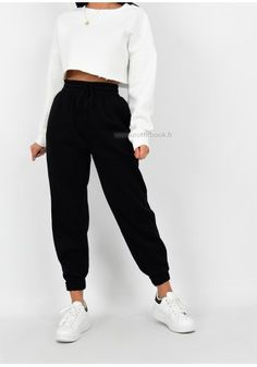 The comfiest jogger you'll ever wear! Black Joggers Outfit, Jogger Pants Outfit, Outfit With Black Pants, Black Jogger Pants, Cute Lazy Outfits, Sporty Outfits, Stylish Outfits, Cute Sweatpants, Sweatpants Outfit