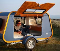 French company launches teardrop trailer with ingenious indoor-outdoor kitchen The French company Carapate has just launched a new retro teardrop trailer that weighs a mere – give or take – and is compact at with a Truck Camping, Camping Gear, Camping Hacks, Camping Outdoors, Backpacking Meals, Camping Hammock, Ultralight Backpacking, Outdoor Camping, Outdoor Gear