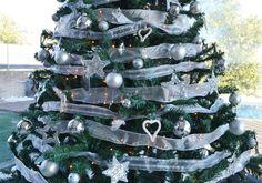 También trabajamos para particulares. Instalamos un árbol de navidad plateado en una vivienda en el Vallès Oriental, Barcelona Xmas, Christmas Tree, Holiday Decor, Barcelona, Exterior, Home Decor, Silver Christmas Tree, Holiday Ornaments, Nice