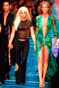 Versace Recreated Jennifer Lopez's Grammy Awards Dress on Pre-Fall 2019 Amber Valletta, Donatella Versace, Fashion Articles, Fashion History, Jennifer Lopez, Green Dress, Frocks, Awards, Cover Up