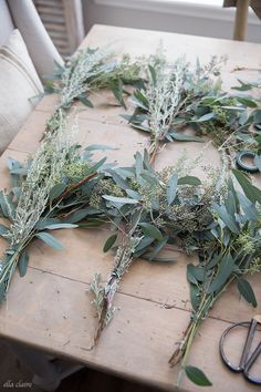 How to Make a Live Wreath - Ella Claire DIY Fresh Wreath- a tutorial to make a eucalyptus wreath from grocery store greensWeinlese-rosa Pfingstrosen-Rad-Kranz, Christmas Door Wreaths, Holiday Wreaths, Christmas Crafts, Christmas Decorations, Christmas Tree, Navidad Natural, Fresh Wreath, Natural Christmas, Wreath Tutorial