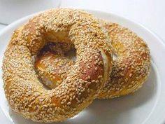 Das perfekte Simit (türkischer Sesamring)-Rezept mit Bild und einfacher Schritt-für-Schritt-Anleitung: Das Mehl in eine Schüssel geben. In die Mitte eine…