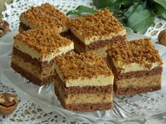 Zákusok s ness penou, vanilkovým krémom a karamelizovanými orechmi Easy Cake Recipes, Sweet Recipes, Cookie Recipes, Dessert Recipes, Food Cakes, Cupcake Cakes, Romanian Desserts, My Dessert, Sweet Cakes
