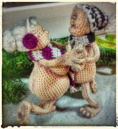 """Ich biete hier eine **Häkelanleitung** für das taffe Rentnerpaar """" Heinz und Bärbel"""" zum Verkauf an; nicht die fertigen Figuren und deren Kleidung. Die beiden sind ca. 15 cm groß, je nach dem wie..."""