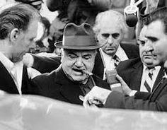 """anthony salerno.Salerno nació y se crió en el Este de Harlem, Nueva York. Como hombre joven, estuvo implicado en el juego, números, usura y la venta de protección para la familia Lucky Luciano, que más tarde se convirtió en la familia Genovese. Salerno se encontraba en el equipo Michael """"Mike gatillo"""" de Coppola. Salerno se subió a las filas de la familia mediante el control de una posible operación de un millón de dólares al año en Harlem y una operación de usura importante."""
