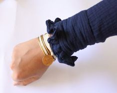 Terrific Absolutely Free Tutorial - Sézane-style headlines Popular Here is the sleeve crown also called the sleeve mind or sleeve top The crown usually needs to be e Sewing Lessons, Sewing Hacks, Sewing Tutorials, Sewing Tips, Techniques Textiles, Techniques Couture, Faux Col, Couture Sewing, Facon