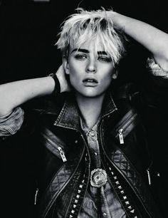 Androgyny is the way forward… Androgyny is in. The time is right for the androgynous look . The androgynous look has been kee. Androgynous Fashion Tomboy, Androgynous People, Androgynous Hair, Androgynous Models, Tomboy Hair, Queer Fashion, Trendy Fashion, Fashion Shoot, Editorial Fashion