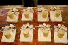imagem lembrancinha mini-tabua de carne com laço de sisal para festa junina