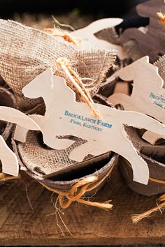 Awww Horse Wedding Place Cards.  Ugh, need to stop looking at horse wedding stuff, I'll want to have mine at a barn :(