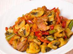 Schab po bałkańsku - idealny na imprezę! [GALERIA ZDJĘĆ I PRZEPISÓW] Kung Pao Chicken, Ratatouille, Potato Salad, Pork, Potatoes, Meat, Ethnic Recipes, Impreza, Pasta Meals
