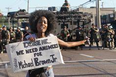 Una manifestante pide respuestas. El FBI anunció el lunes que se ha sumado a las pesquisas sobre lo ocurrido y el Departamento de Justicia i...