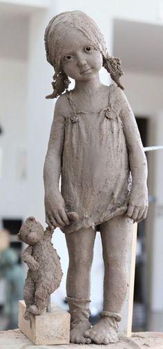 ''Tous les personnages de Jurga fascinent par leur vitalité, la justesse incroyable de leurs attitudes, de leurs expressions et de la superbe sensation d'humour, de charme et de simplicité.'' Pottery Sculpture, Sculpture Clay, Sculptures Céramiques, Ceramic Sculptures, Slab Pottery, Pottery Clay, 3d Figures, Wheel Thrown Pottery, Effigy