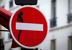 interesse focalizzato sulla realizzazione d'interventi urbani (Street art), applicando degli sticker sui cartelli della segnaletica stradale,