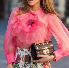 Via @trendbrandlove 🌸 #worldsuniquedesigns #loveit #fashion #design #fashionlove #fashiondesign #fashiondesigner #flower #flowerslovers #iloveflowers #loveshirt #pink #woman #womanstyle #womanslook #womanswear #lookbook #womanslife #styling #likepost #likelikelike