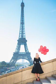 Must have Paris photo. An individual portrait with the Eiffel Tower. Balloons and Red soles are optional. #parisphotographer #parisengagement #eiffeltower www.theparisphotographer.com