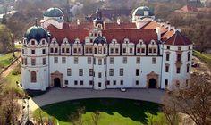 """Die Fachwerkstadt Celle, """"südliches Tor zur Lüneburger Heide"""" ist berühmt für ihre Altstadt mit über 450 Fachwerkhäusern aus dem 16., 17. und 18. Jahrhundert. Das Celler Schloss ist ein beeindruckendes Bauwerk mit Stilelementen der Weserrenaissance und des Barock. Im Herzogschloss befindet sich auch das Residenzmuseum mit einer umfassenden Darstellung der Geschichte des Königreiches Hannover (Bild Hajotthu aus der dt. Wikipedia)"""