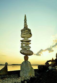 *BALANCE~~ Beach Rock Art, Beach Rocks, Land Art, Cairns, Pretty Photos, Cool Photos, Rock Sculpture, Stone Sculptures, Stone Balancing
