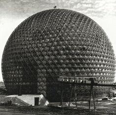 """rudygodinez: """"Бакминстер Фуллер, Соединенные Штаты Америки павильон, (1967) Вероятно, самая известная структура геодезическая государства павильон Соединенные в Монреале, Канада, предназначенный для экспо 1967. Этот диаметр 250 футов, просвечивающий, серебристая сфера поймал ..."""