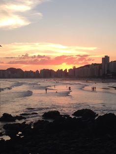 Praia das Pitangueiras no Guarujá / SP.  Final de tarde.