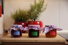 Konfitüre kochen ist eigentlich ganz einfach. Der Sinn der süßen Leckerei liegt ursprünglich darin, die Früchte des Sommers im Winter genießen zu können. Wir zeigen wie das ganz einfach geht.