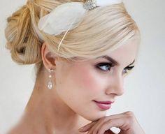 Bočná ofina, ležérne zapletený cop, voľne padajúce vlny, výrazné ozdoby vo vlasoch, alebo kvetinový účes. To je