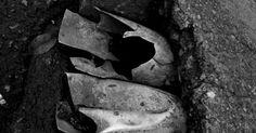 André Kenji - detalhe da cidade - Eu escolhi essa fotografia que mostra um detalhe muito comum da cidade, mas que preferimos não ver, que é como a cidade está mal cuidada, com lixo e destruída, também mostra um dos locais mais afetados por isso, que são os canos/bueiros, que na maioria das vezes estão entupidos ou quebrados. Escolhi essa foto por mais um motivo que é como uma imagem totalmente desagradável pode virar algo artístico, como nesse caso.