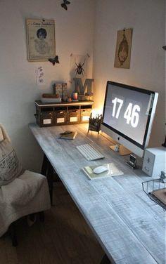 Joli coin bureau à domicile, la lampe de bureau n'est pas très adéquate par contre.