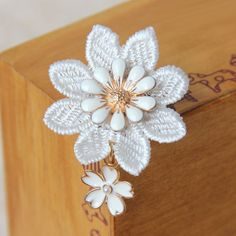 Lady Flower Lace Brooches, with Golden Alloy Enamel Flower and Platinum Iron Pin, White, 35mm