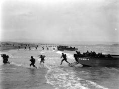 Des unités US se ruent depuis leur LCVP sur la plage. LCVP immatriculés PD29-4, PD29-3 et PD29-2. Le APD-29 est l' USS Barry (Ex-DD-248), ce n'est qu'en janvier 1944 qu'il devient le transport de troupes rapide APD-29, conversion à Charleston Navy Yard, du 31 Déc. 1943 au 17 Févr. 1944. Puis part pour Mers-el-Kébir, Algérie, où il y arrive le 30 avril. Il mène des entrainements amphibies (photo), en vue du débarquement de Provence, où il y participe. Puis le Pacifique. Curieusement cette…