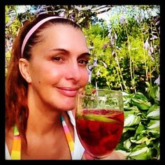 Maudit que j'aime l'été et les vacances!  J'adore le soleil et la chaleur, surtout sur la butte, sul'bord de la piscine.  Et comme par hasard, ça me pogne toujours vers 17 heures, après une journée bien remplie, cette envie de prendre un petit cocktail d'été. Cocktails, Alcoholic Drinks, Cocktail Rose, Comme, Wine, Envy, The Hours, Sun, Craft Cocktails