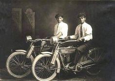 William Harley e Arthur Davidson, os fundadores da Harley Davidson em 1914