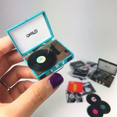 Loving how this mini record player turned out 😊Check out the real scratches on the vinyl record haha. Miniature Crafts, Miniature Dolls, Miniature Furniture, Doll Furniture, Mini Craft, Tiny World, Barbie House, Miniture Things, Doll Crafts