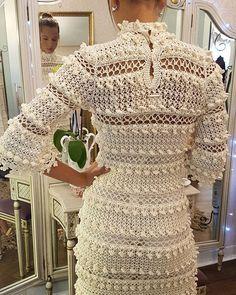 "image by Vanessa Montoro ( with caption : ""Mix & match ❤🎀🌈✨- Regata lace Tie-Dye Eucalipto + Madreperola com gola de crochet - 1448756286585198340 Vanessa Montoro, Blue Midi Dress, Rose Dress, Crochet Woman, Crochet Lace, Crochet Summer Dresses, Knit Fashion, Lace Tops, Crochet Clothes"
