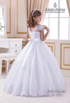 ENCANTADA - As damas de honra são extremamente importantes em qualquer cerimônia, por isso o vestido delas precisa ser sublime e angelical, como o modelo Encantada. #damadehonra #daminha #vestidodama #vestidodaminha #mineprince Cute Little Girl Dresses, White Flower Girl Dresses, Wedding Flower Girl Dresses, Prom Dresses Blue, Bridesmaid Dresses, Girls First Communion Dresses, Holy Communion Dresses, Baptism Dress, Ball Gowns Prom